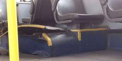 Pneu de ônibus do transporte público estoura e fere passageiras, em Curitiba