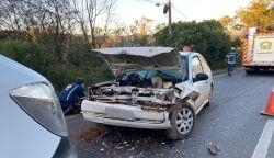 Quatro pessoas ficam feridas em batida entre carro e caminhão na PR-170, em Guarapuava